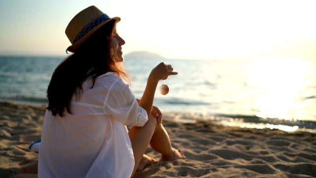 vidéos et rushes de profiter des vacances à la plage - chapeau