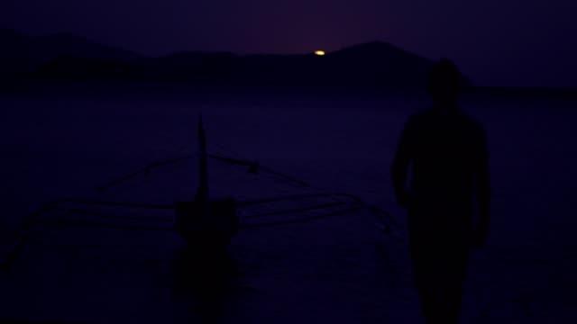 vídeos de stock, filmes e b-roll de apreciando o luar na praia - meia noite