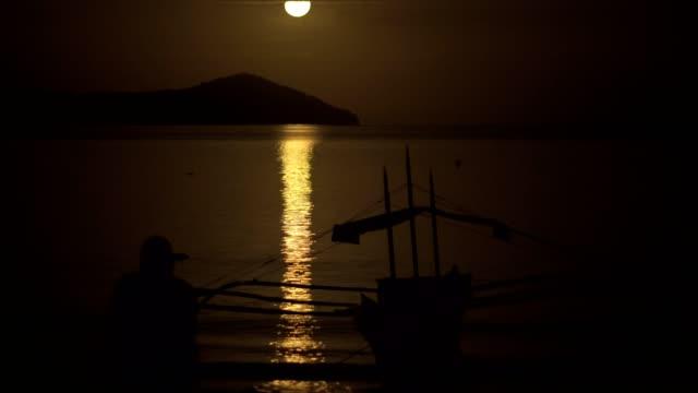 vídeos y material grabado en eventos de stock de disfrutar de la luz de la luna en la playa - evasión