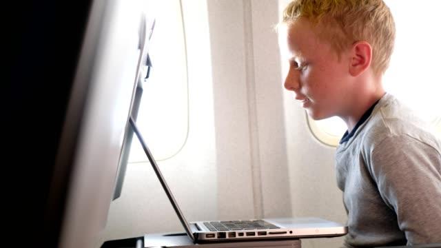 Genieten van de film op het vliegtuig