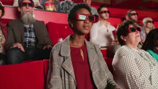vídeos de stock, filmes e b-roll de apreciando o filme - óculos de terceira dimensão