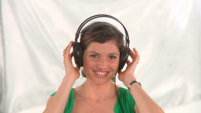 stockvideo's en b-roll-footage met hd: enjoying the music - menselijke arm