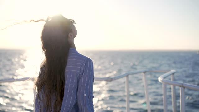 vidéos et rushes de profiter du soleil et de la mer - lunette soleil