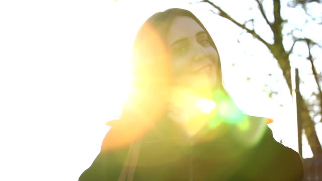 vidéos et rushes de hd: profitant du soleil - jeune d'esprit