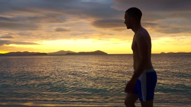 vídeos de stock e filmes b-roll de enjoying the sunset - retroiluminado
