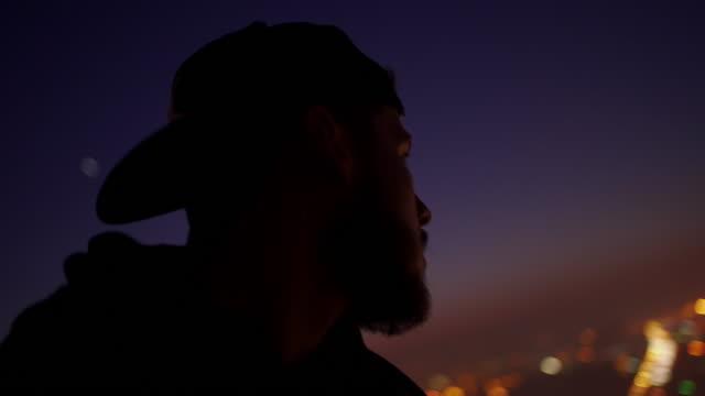 夕暮れ時の街の景色を楽しむ - 見渡す点の映像素材/bロール