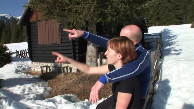 vídeos de stock e filmes b-roll de hd: desfrutar do inverno - sentar se