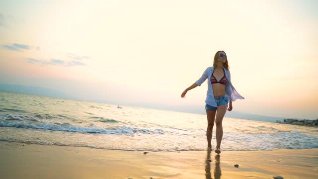 ビーチでの休暇を楽しむ - ビジカジ点の映像素材/bロール
