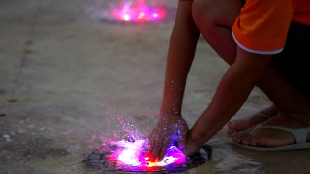 vídeos y material grabado en eventos de stock de disfruta con colorido fuentes - fuente corriente de agua