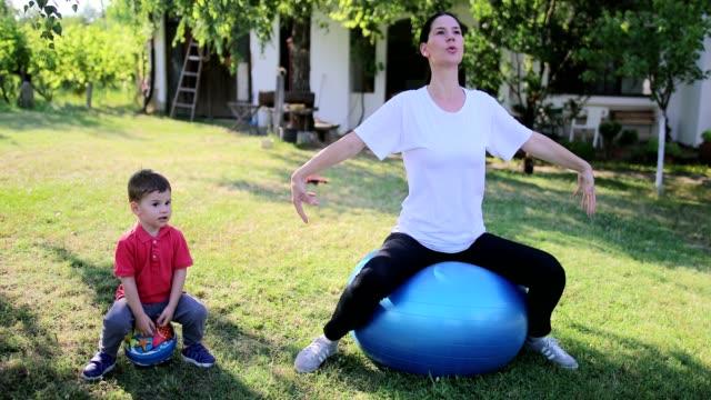 vídeos y material grabado en eventos de stock de disfruta de yoga juntos - pelota de ejercicio
