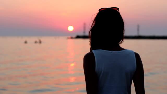 ビーチでの楽しさに夕日 - 水着点の映像素材/bロール