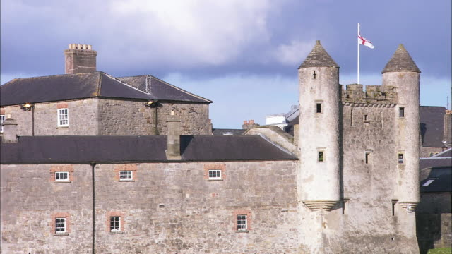 stockvideo's en b-roll-footage met enniskillen castle flying ulster banner, northern ireland - 16e eeuwse stijl