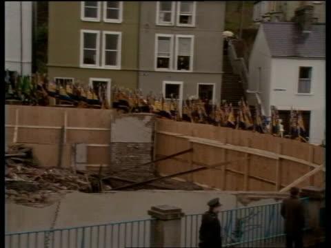 vidéos et rushes de enniskillen remembrance service; video ex eng/bbc ob pool/ ulster ob pool - sources inseparable northern ireland: co fermanagh: enniskillen: war... - irlande du nord