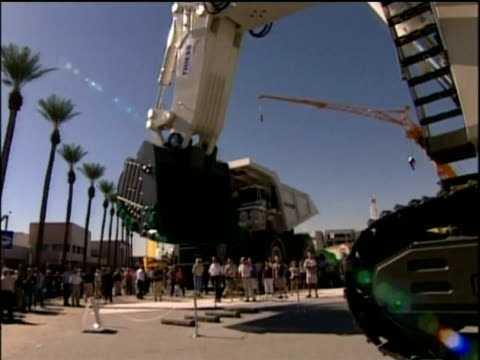 vídeos de stock e filmes b-roll de enormous coal extraction digger demonstrated at trade fair las vegas - maquinaria de construção