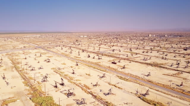 stockvideo's en b-roll-footage met enormous desert oil field - olie industrie
