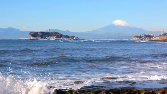 江ノ島島ウェイブズ、富士山が背景。 - 神奈川県点の映像素材/bロール