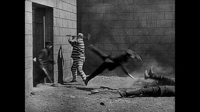 1920 enraged convict knocks out a platoon of prison guards - anno 1920 video stock e b–roll