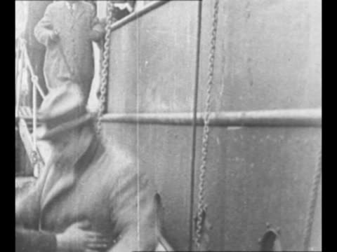 vidéos et rushes de enrico caruso smiles on board ship with man / caruso trots down gangplank upon arrival in new york city, ny, after long tour / caruso greets friends... - couvre chef