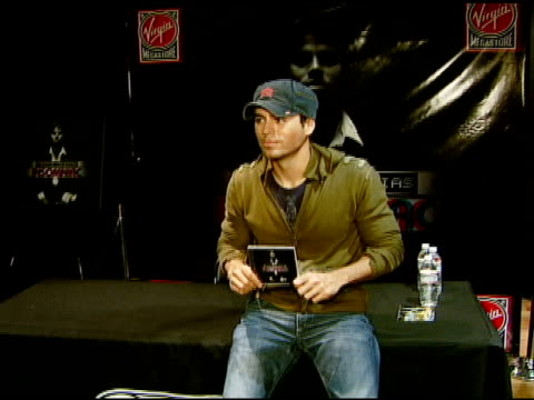 enrique iglesias at the enrique iglesias promotes release of 'insomniac' with performance and signing at virgin megastore in hollywood, california on... - virgin megastore点の映像素材/bロール