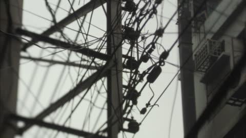 vídeos de stock, filmes e b-roll de la, cu, entangled electrical wires on electricity pole, bangladesh - embaraçado