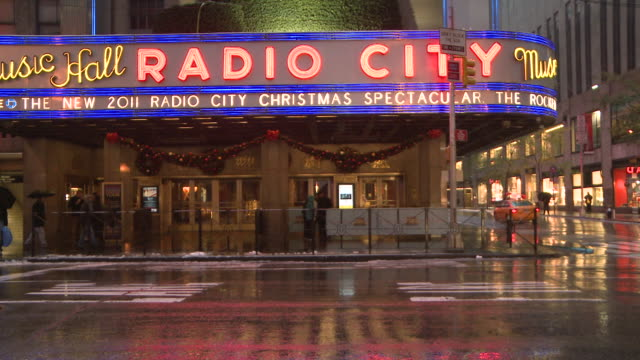 ms enterance of radio city music hall at 6th avenue at night in manhattan / new york, new york, united states - radio city music hall stock videos & royalty-free footage