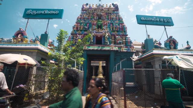 vídeos y material grabado en eventos de stock de entering at the hindu temple of kapaleeswarar. dolly shot, steadicam, walking motion - temple building