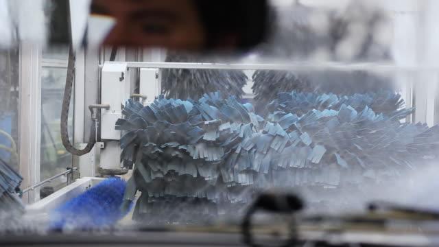 vídeos de stock e filmes b-roll de introdução de lavagem de carro - porta sabonete líquido