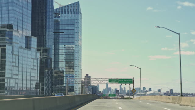 entering manhattan by henry hudson parkway, unusually eserted because of travel restrictions during coronavirus pandemic. - horizon over land stock videos & royalty-free footage
