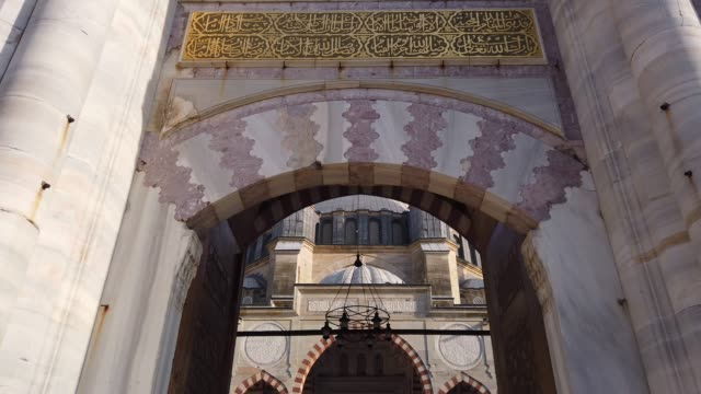 entering through the portal of selimiye mosque, edirne, turkey - arco architettura video stock e b–roll
