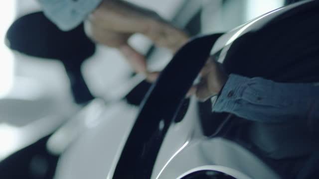 eintritt vintage, elegante sportwagen.. glänzend lackiertes blech aus nächster nähe - eintreten stock-videos und b-roll-filmmaterial
