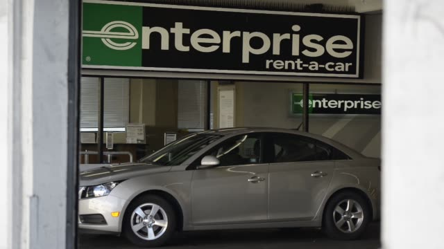 "vídeos de stock e filmes b-roll de enterprise rent a car store location in san francisco, california on septwember 20 ""enterprise"" signage on the store front, wide shot of pedestrians... - aluguer de automóveis"