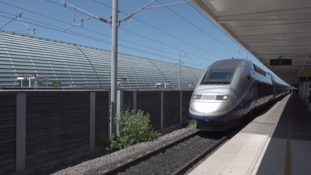 vidéos et rushes de tgv enters avignon railway station - train