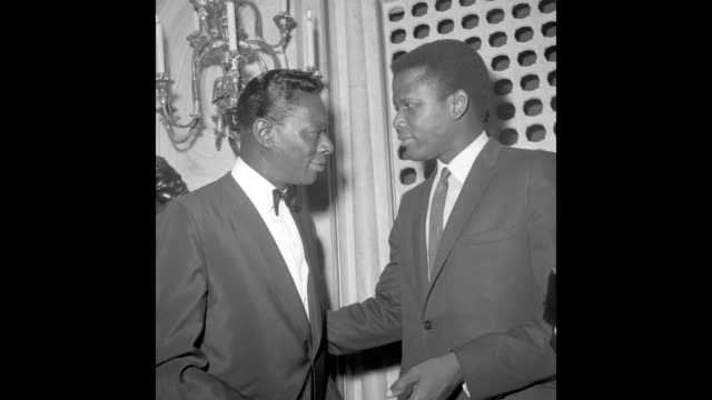 vídeos y material grabado en eventos de stock de gif entertainer nat 'king' cole chats with actor sidney poitier at the 35th academy awards ceremony which was held at the santa monica civic... - sidney poitier