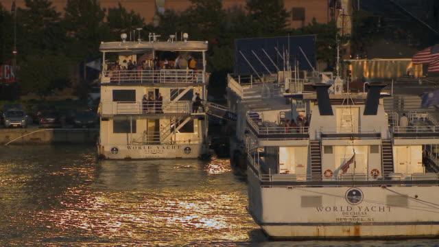 vídeos y material grabado en eventos de stock de ws entertainment boats docked on hudson river / new york city, usa - restaurante flotante