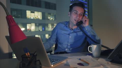 vídeos y material grabado en eventos de stock de empresario entusiastico celebrando su succees. - teléfono con cable