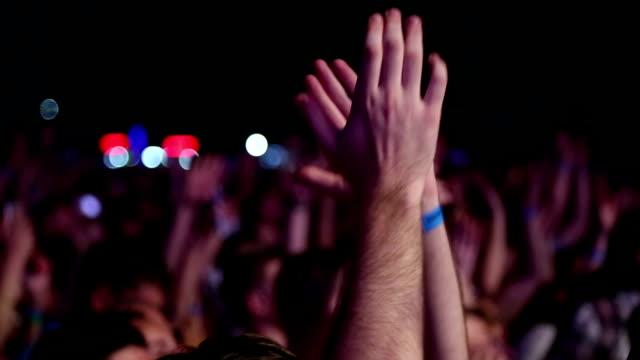 begeistertes publikum bei einem rockkonzert - verherrlichung stock-videos und b-roll-filmmaterial