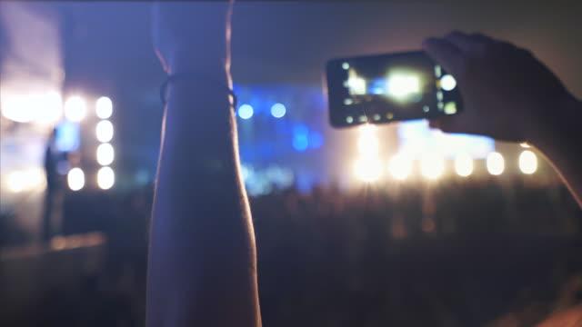 begeisterter fan beim konzert. - popmusiker stock-videos und b-roll-filmmaterial