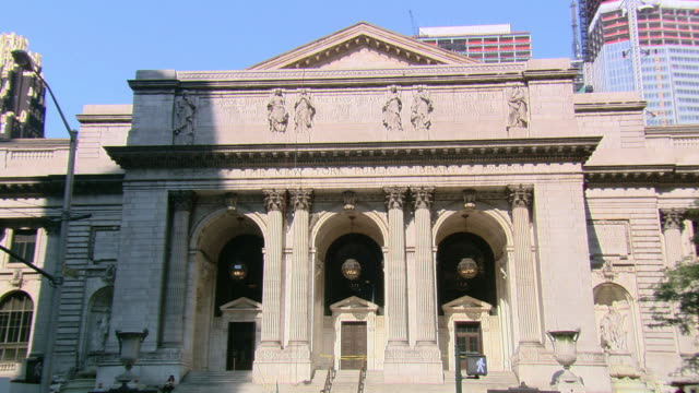 LA Entrance and facade of the New York Public Library, with pedestrian traffic / New York, United States