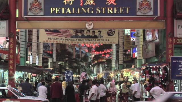 vídeos de stock, filmes e b-roll de ms entrance gate of jalan petaling in chinatown / kuala lumpur, malaysia   - escrita ocidental