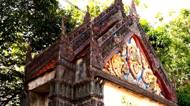 eingang tor zum buddhistischen tempel, altstadt, ko lanta, krabi, thailand - tropischer baum stock-videos und b-roll-filmmaterial