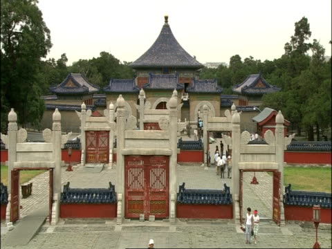 vidéos et rushes de entrance gates to inner courtyard of temple of heaven, high angle, beijing, china - temple du ciel