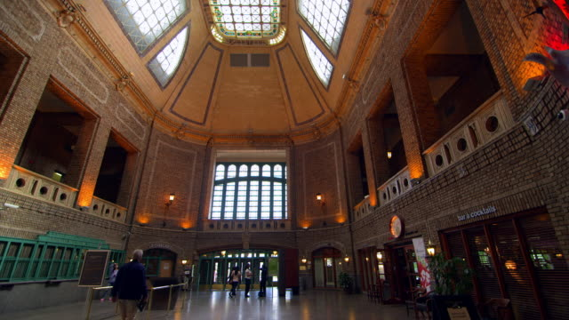 Entrance hall of Gare du Palais train station