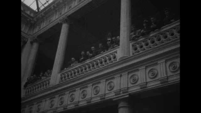 """entrance of large building / istanbul universitesi"""" of archway / men in profile on balcony / camera pans along men standing on balcony / men and... - カトゥーニスト点の映像素材/bロール"""
