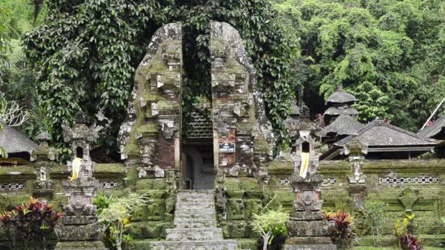 ms entrance of temple of holy spring of pura(candi bentar) / gunung kawi, bali, indonesia, asia - acqua santa video stock e b–roll