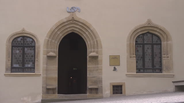 """entrance of the so called """"martin luther´s death house"""" - 宗教的指導者 マルティン・ルター点の映像素材/bロール"""