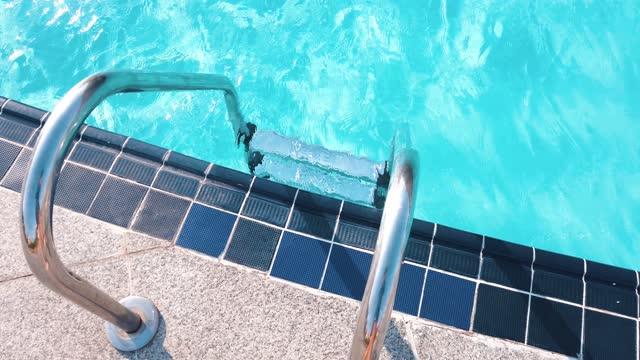 entré pool stege och glänsande pool vatten på den soliga dagen - stillastående vatten bildbanksvideor och videomaterial från bakom kulisserna