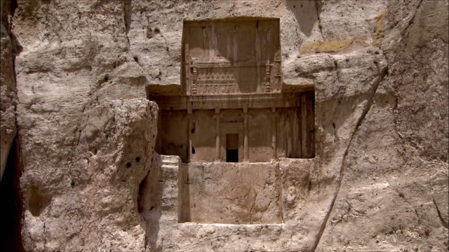 ws zi entrance to ancient tomb carved in rock, near persepolis, iran - persepoli video stock e b–roll