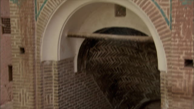 ms td tu entrance to brick building, abyaneh, iran - れんが造りの家点の映像素材/bロール