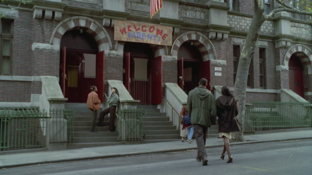 vídeos de stock, filmes e b-roll de entrance to brick school building on city street. - escrita ocidental