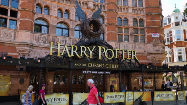 stockvideo's en b-roll-footage met entrance to harry potter and the cursed child at the palace theatre london - literatuur